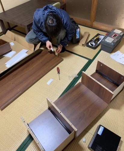 家具の組み立て作業 (2)